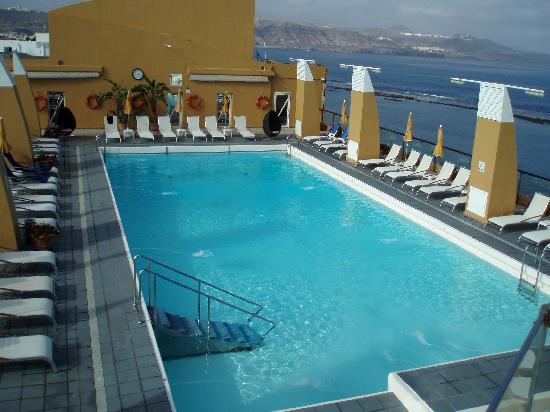 Reina Isabel Hotel: PISCINA