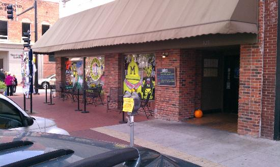Tellers Gallery & Bar: Outside tables or front inside  tables are best place in town for people watching