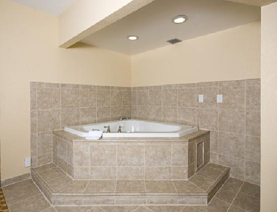 Country Inn & Suites by Radisson, Saginaw, MI : Country Inn & Suites Saginaw, MI - Jacuzzi