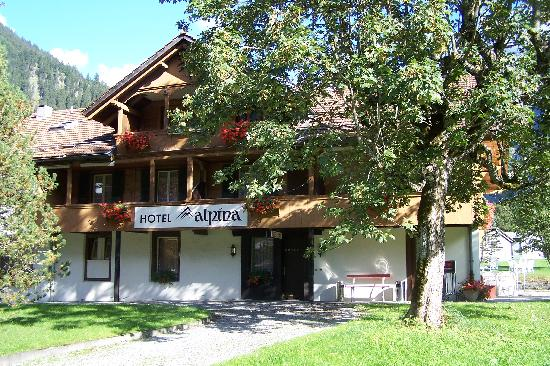 Alpina Hotel: Charming, about 10 minute walk to train station
