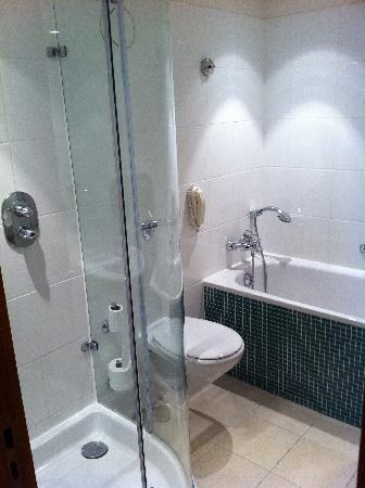 Hotel Hilton London Gatwick Airport Bathroom With Separate Bath And Shower