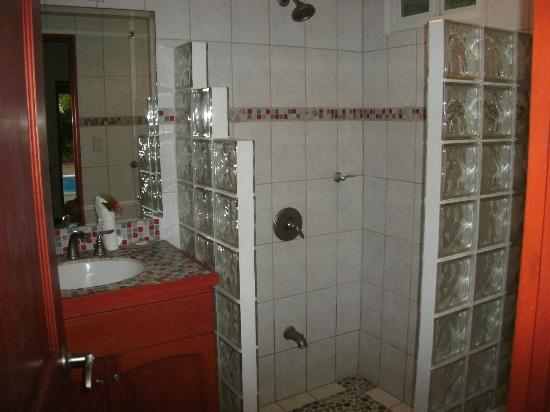 Fenix Hotel - On The Beach: Bathroom in the Deluxe Room