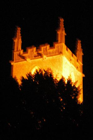 Stow Lodge Hotel: Church at night from room 8