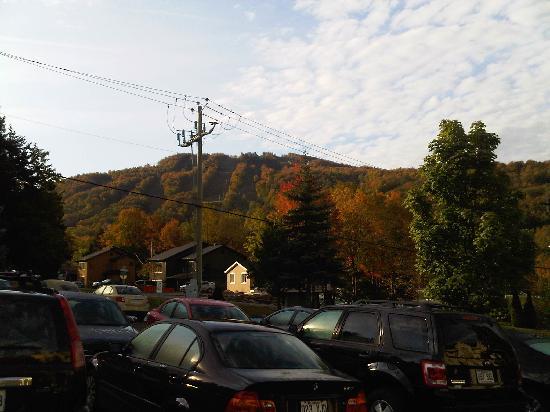 Hotel Chateau-Bromont: Vue sur le Mont Brome du stationnement extérieur