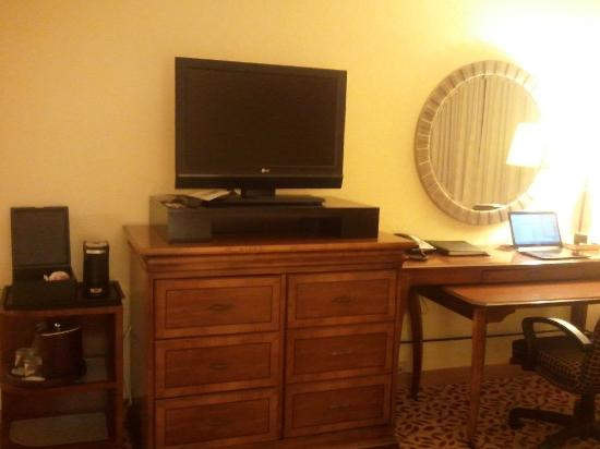 Fort Lauderdale Marriott North: Flat panel & coffee maker