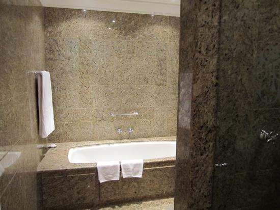 Belmond Copacabana Palace: Beautiful granite bathroom with huge soaking tub!
