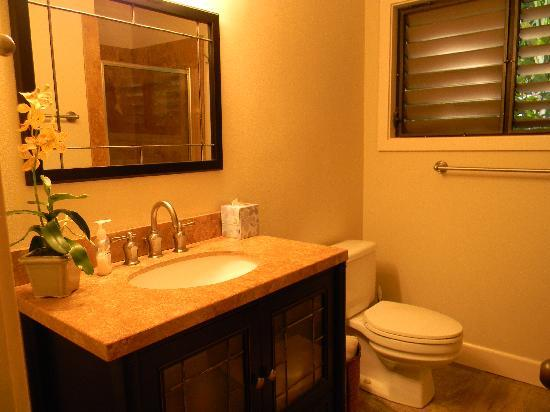 ‪‪Alihi Lani Poipu Beach Oceanfront Condominiums‬: Alihi Lani #3 2nd Bathroom‬