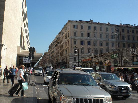 Wow Roma B&B - Diocleziano B&B: テルミニ駅(左)とホテルのある建物(右)