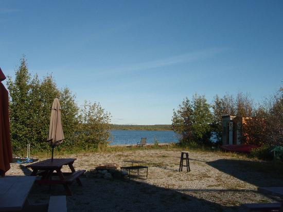 Bayside Bed & Breakfast: 庭の前に広がる湖。