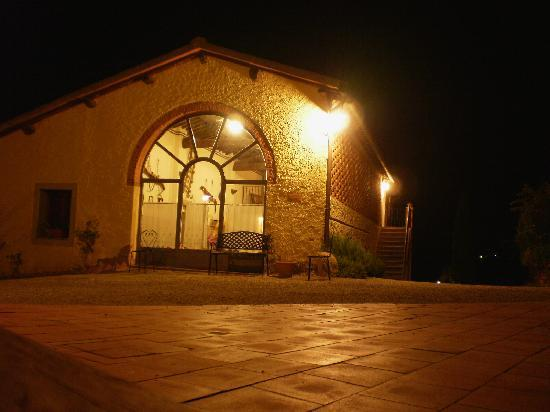 Agriturismo Il Mattone: Villa at night