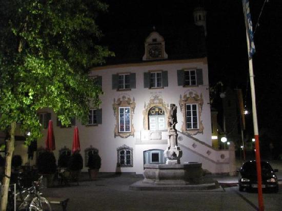 Das Rathaus: night scene