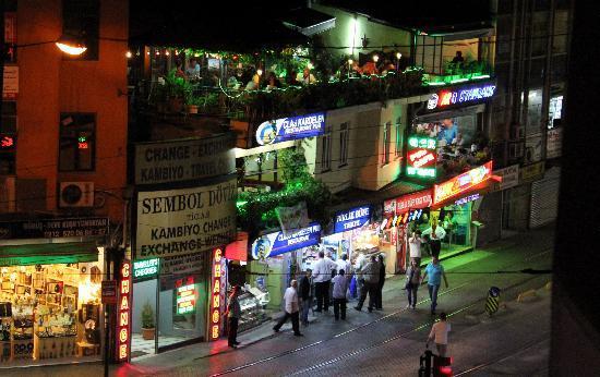 Best Town Hotel: Вид с балкончика на кафе и магазинчики.