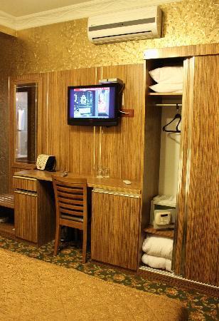 Best Town Hotel: Как видите - все есть (телевизор, кондиционер, сейф...)