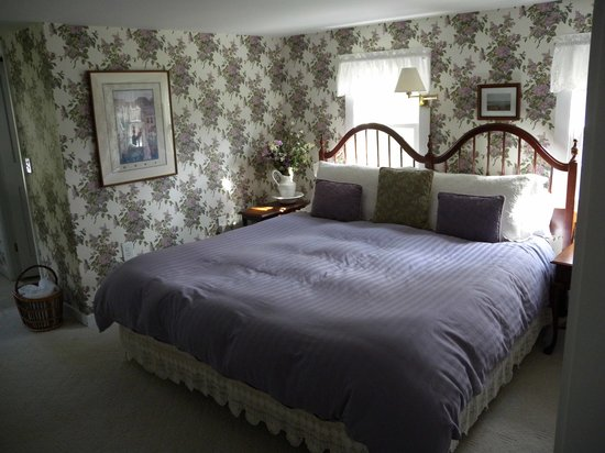 Snow Squall Bed and Breakfast: large room and comfy bed