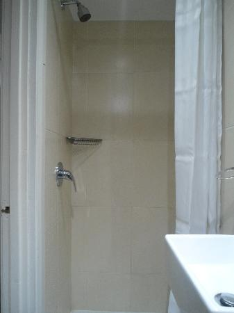 Europa House Hotel: Shower
