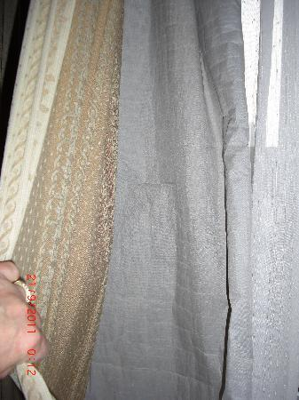 Yihua Hotel: Torn curtain lining