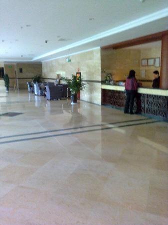 Dian Chi Hotel: Spacious lobby area---lots of marble