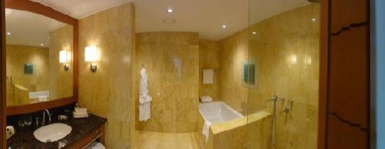 Regent Warsaw Hotel: Suite Bathroom