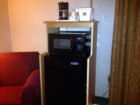Red Lion Hotel Rosslyn Iwo Jima: Coffee maker, microwave, fridge