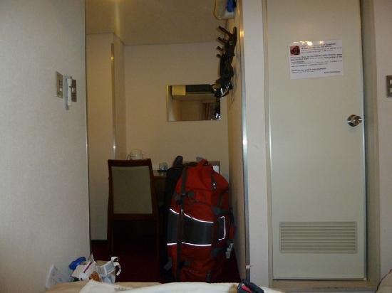 Hotel Yanagibashi: Entryway/Desk/Refrigerator area