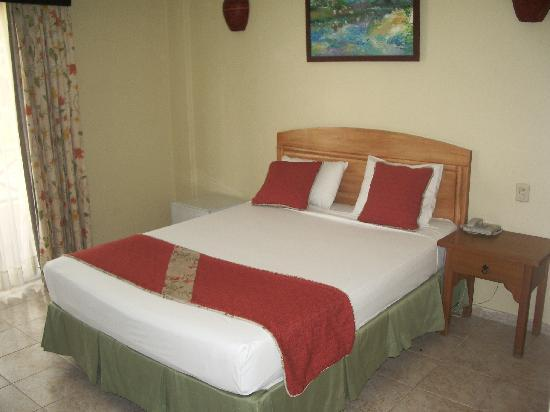 Bavaro Punta Cana Hotel Flamboyan: letto,a sx della foto il mini frigo