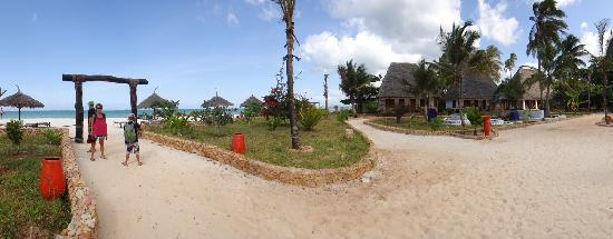 Waikiki Zanzibar Resort: To the beach...