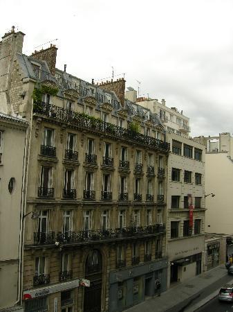 Ibis Paris Gare du Nord La Fayette 10eme: la rue LaFayette -vue de la chambre