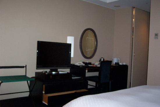 Hotel Granvia Kyoto: Flat Screen TV and Great Bed