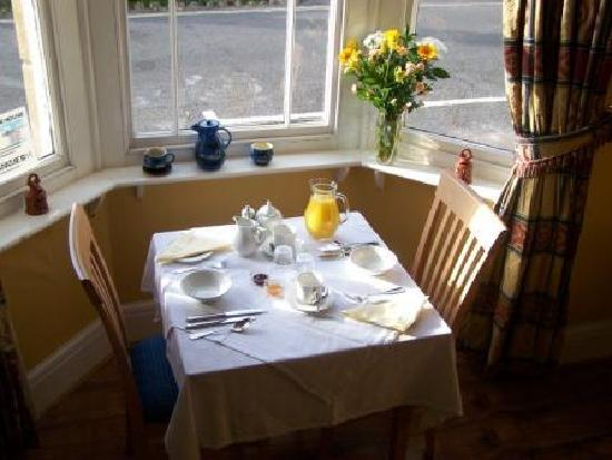 The Old Cider House: Breakfast in the sunny dining room