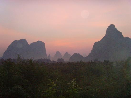 Yangshuo Phoenix Pagoda Fonglou Retreat: 在房間即可享受到的破曉美景