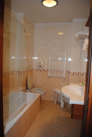 Omnia Hotel: Bathroom