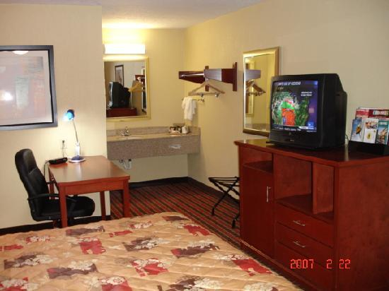 Super 8 Reynolds /East Columbus Area: King Suite