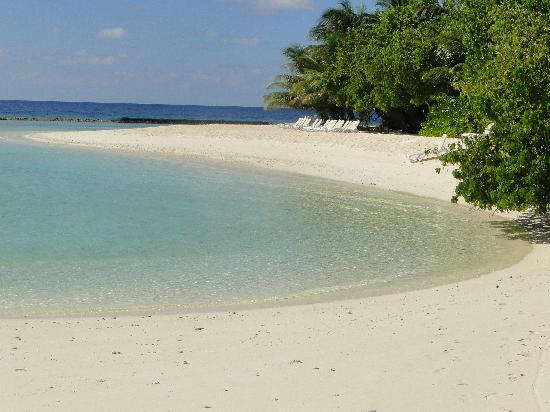Kuramathi Island Resort: Beach by Main Jetty