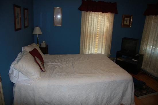 Village Victorian Bed & Breakfast: Pickwick Room