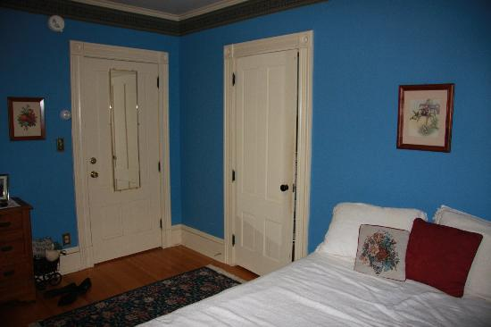 Village Victorian Bed and Breakfast: Pickwick Room