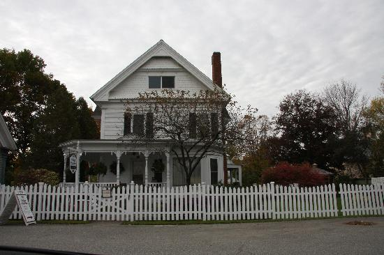 Village Victorian Bed and Breakfast: Place From Outside