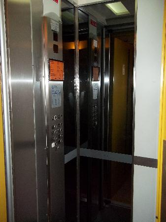 Hotel Alnacir: The tiny lift, doesn't look as bad due to the mirrors but trust me, its impossible to fit two pe