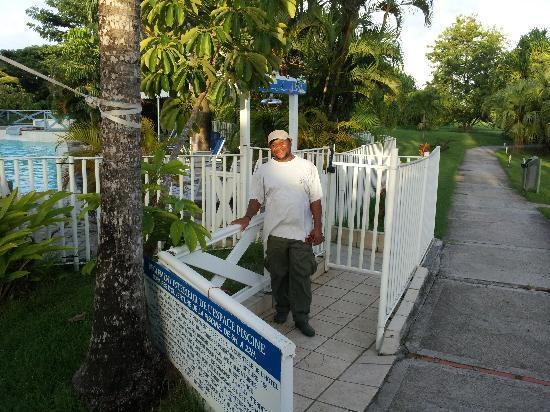 Hotel Residence Golf Village: Firmin est le jardinier de la residence  un magicien j ai envie de dire!!!