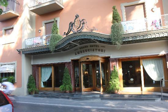 Grand Hotel Ambasciatori: foto desde la calle