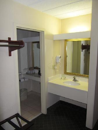 The Hotel Ithaca: Badezimmer/Vorraum zum Badezimmer