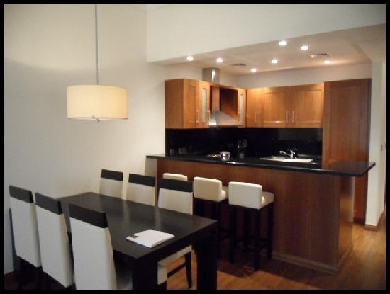 กรอสเวอเนอร์เฮ้าส์ ดูไบ: dinning table and kitchen