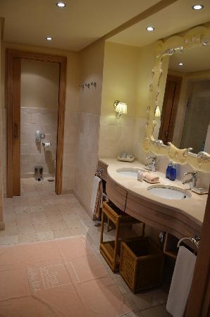 The Ritz-Carlton, Abama: suite his n hers bathroom