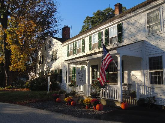 Colby Hill Inn : Inn decorated for fall
