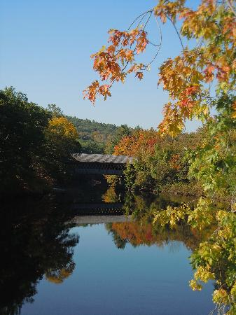 Colby Hill Inn: Covered bridge in downtown Henniker!