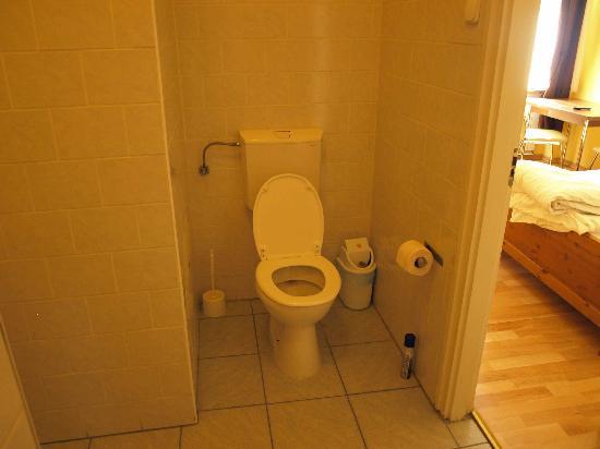 Club Apartments & Rooms: bathoom: toilet