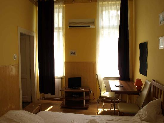 Club Apartments & Rooms: large windows in room