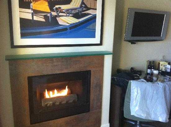 Malibu Beach Inn: Cozy fireplace above the waves!