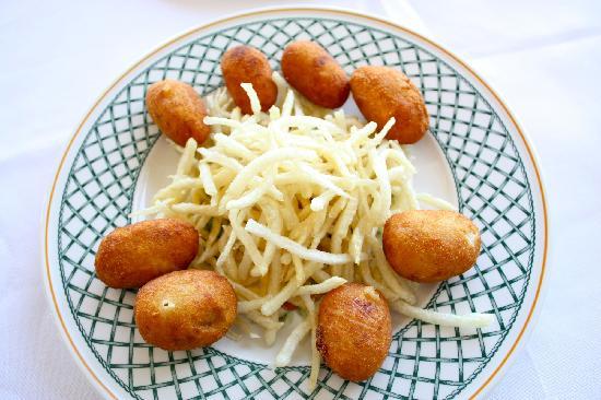 A Cabana: Croquetas de marisco con patatas paja
