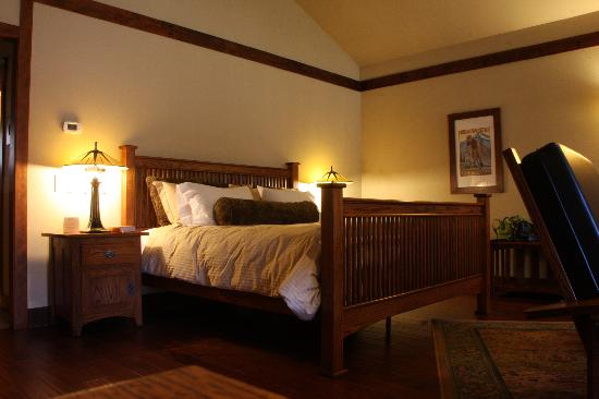 FivePine Lodge & Spa: Mission style bed...