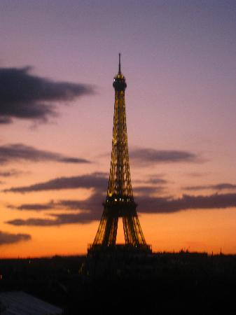 Hotel Duquesne Eiffel: View of Tour Eiffel fr Room 55 at Sunset